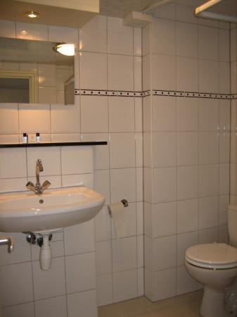 Hotel Monopole: The washroom - very nice