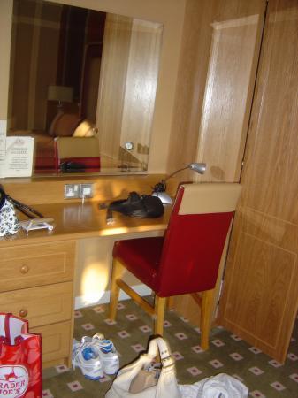 Glenavon House Hotel: Desk and Mirror