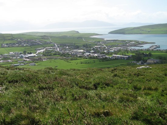 Дингл, Ирландия: Dingle a.k.a Daingean Uí Chúis, surprisingly compact. Viewed from Knocknahoran,incl. Dingle...