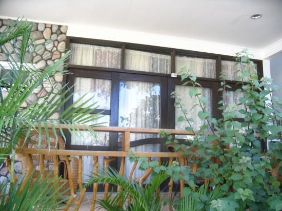 Blue Coral Beach Resort: a poolside room