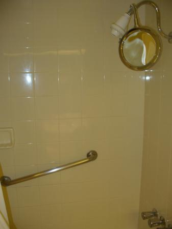 Holiday Inn Executive Center - Columbia: Shower with curved shower curtain