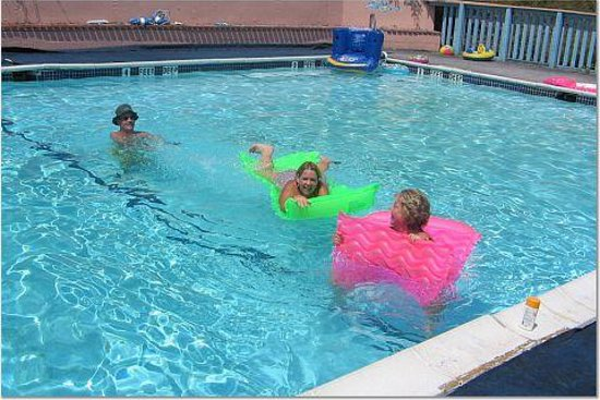 Gold Mountain Chalet Resort: pool fun at gold mountain