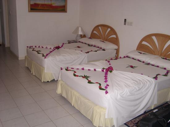 Holiday Island Resort & Spa: Bedroom decorations