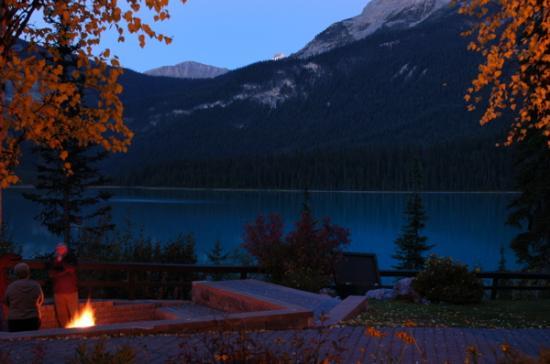 Emerald Lake Lodge : Fire pit lakeside
