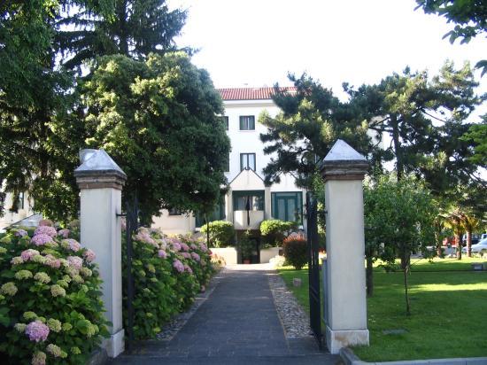 Ai Pini Park Hotel: Front Entrance Ai Pini