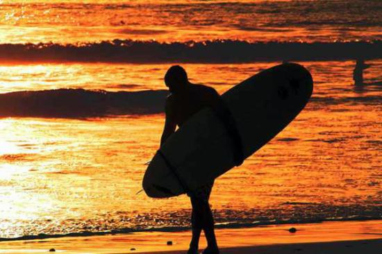 Montezuma, كوستاريكا: Surfer in Playa Grande of Montezuma