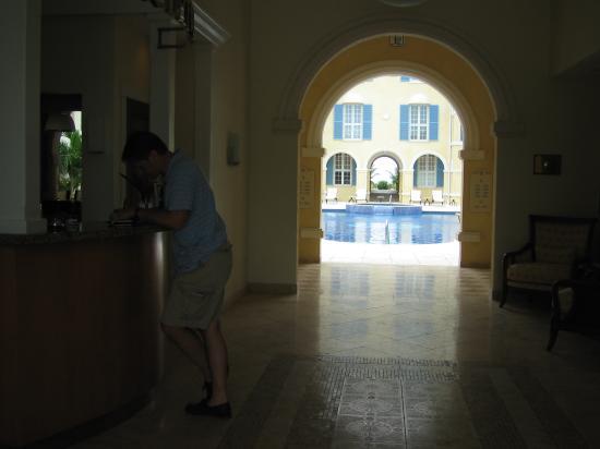 Villa Renaissance: Beautiful simple entry- lobby