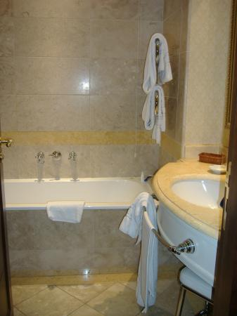 Mercure Catania Excelsior: Bathroom2
