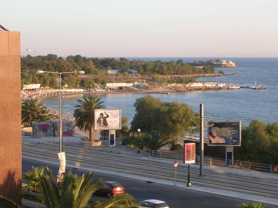 Alimos, اليونان: Vue de la plage depuis la chambre