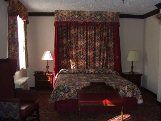 Historic Lincoln Hotel room