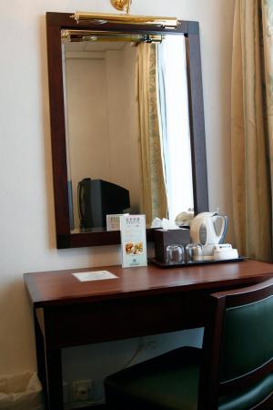 Shamrock Hotel: dresser