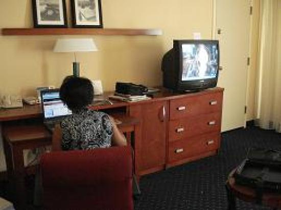 Courtyard by Marriott Raleigh Midtown: Workdesk