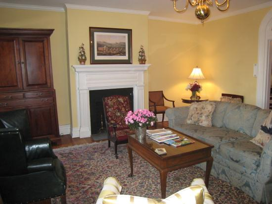 The Dinsmore House Bed & Breakfast: Veranda room