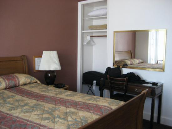 The Metro Hotel : Other side of bedroom area