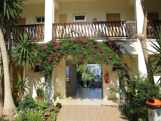 Helios Bay Hotel: Entrance to the pool Area