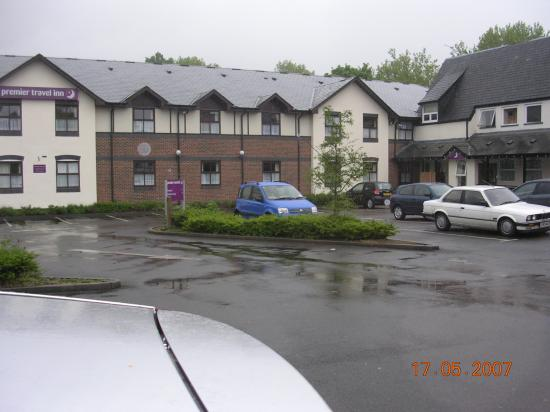 Premier Inn Stockport South Hotel: Hotel from the Car Park. Pub on the right