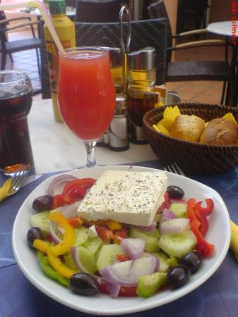 9 Muses Hotel Skala Beach: Vesta bar Greek salad and fruit cocktail