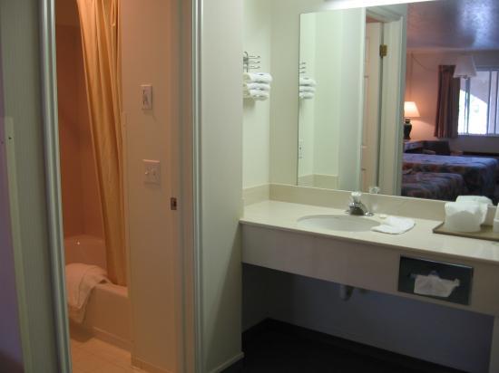 Four Corners Inn: Bathroom