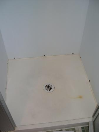 Alpine Resort & Golf : Inside small shower stall