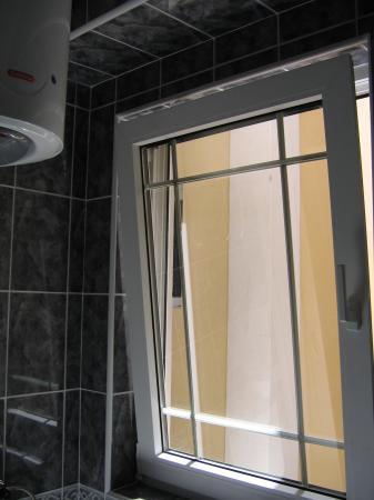 Hotel Perla: Bathroom overlooking neighboring building - strange fillings