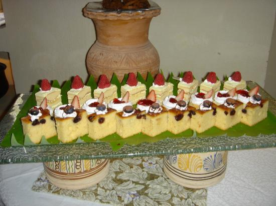 Al Maha, A Luxury Collection Desert Resort & Spa: cakes