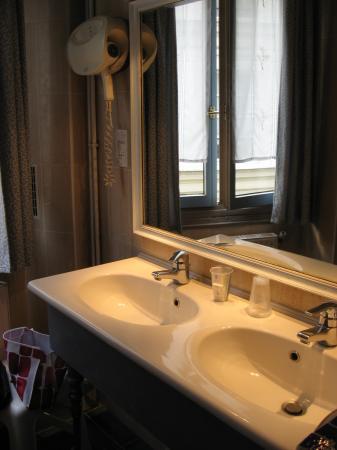Les Degres de Notre Dame: Bathroom sinks