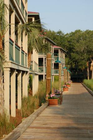 Disney's Hilton Head Island Resort: Boardwalk along Broad Creek