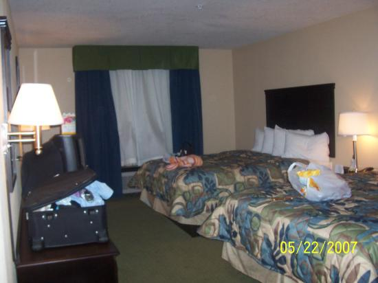 Days Inn & Suites - Savannah North I-95: Our cute little beds
