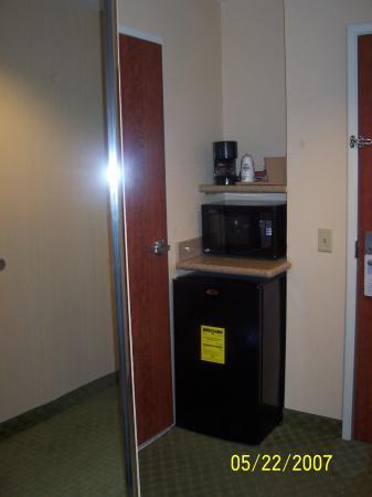 Days Inn & Suites - Savannah North I-95: Fridge, microwave, and mirror closet