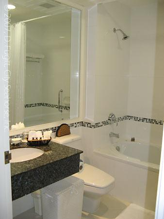 Aurum The River Place: Aurum, Bangkok, 4th Floor Room Bath with Tub and Shower