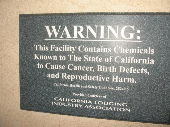 Lamplighter Inn & Suites : Warning sign. Is this common in CA?