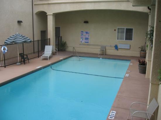 Lamplighter Inn & Suites : Pool area in an interior courtyard