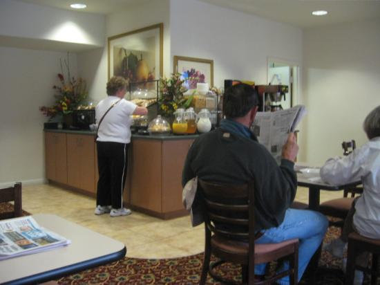 Lamplighter Inn & Suites: Pleasant breakfast room