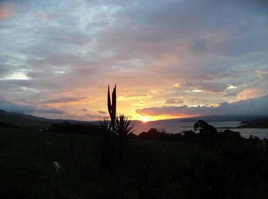 La Mansion Inn Arenal Hotel: Sunset from soaking pool