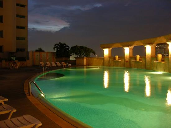 Baiyoke Sky Hotel: Swimming pool on the 20th floor