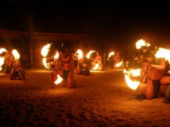 Tiki Village Cultural Centre : Fire Dancing