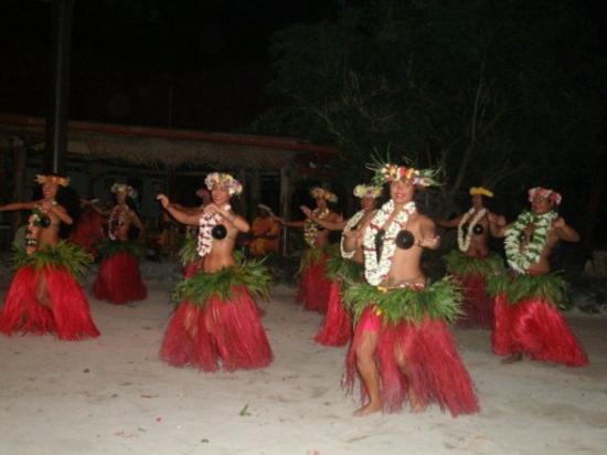 Tiki Village Cultural Centre : Dancing