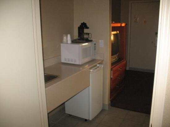 Super 8 Kingston: Microwave and fridge