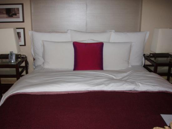 Threadneedles, Autograph Collection: Bed in Armstrong suite