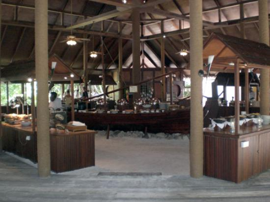 Filitheyo Island Resort: The extensive buffet at the main restaurant