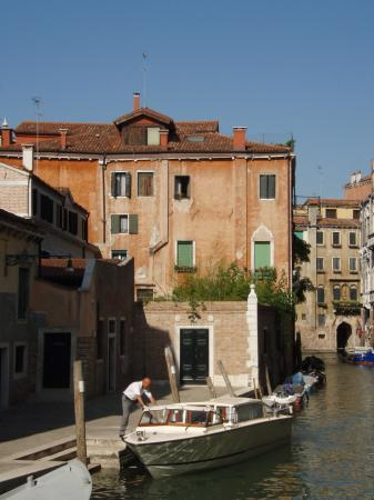 Oltre Il Giardino: The entrance - it is the small building peeking over the wall on the left