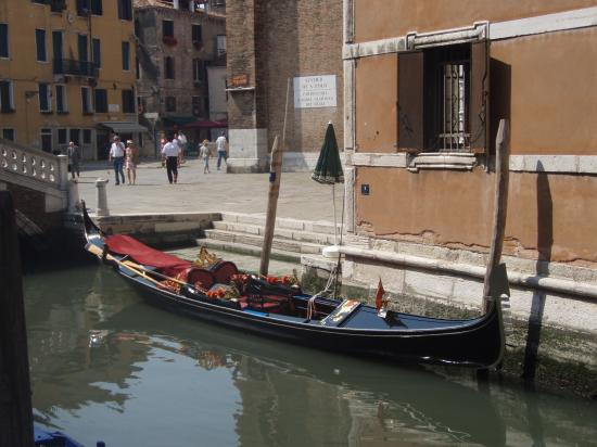 Oltre Il Giardino: A waiting gondola adjacent 1 min from the hotel and next to Frari