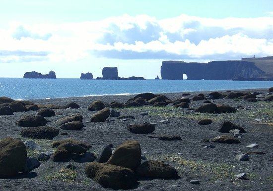Vik, Islandia: Reynisfjara, looking towards Dyrhólaey