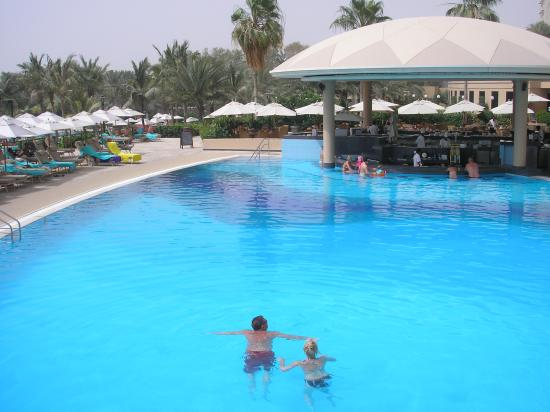 Le Royal Meridien Beach Resort & Spa: Main pool and pool bar