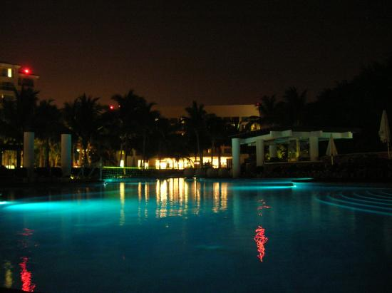 Mayan Palace Puerto Vallarta: pool area at night