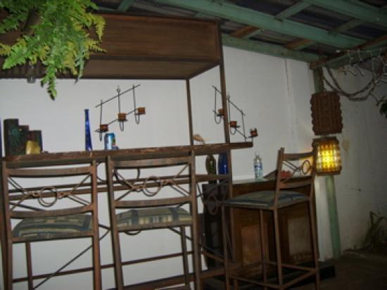 Mi Casa Hostel: die gemütliche Bar im Gärtchen vor dem Zimmer