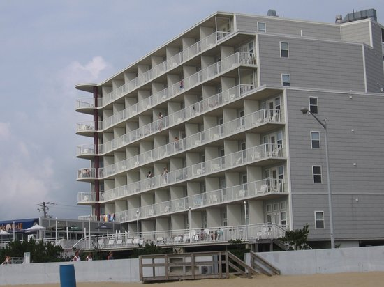 The Commander Hotel: view of the hotel from the beach