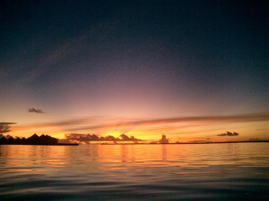 Baros Maldives: couché de soleil devant ma chambre 215 vers 18h30