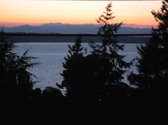 Three Tree Point Bed and Breakfast: Sunset on Puget Sound