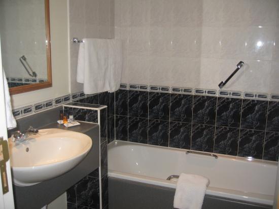 Camden Court Hotel : spotless bathroom